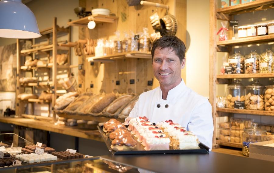 bakker bij toonbank