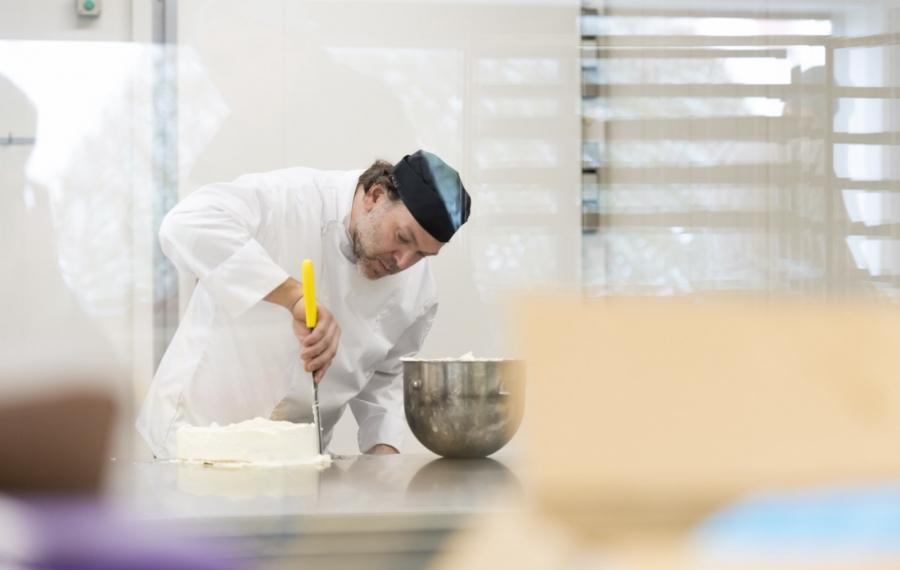 bakker bewerkt taart