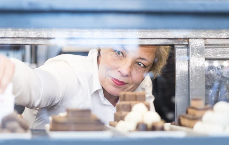 ondernemer pakt chocolade