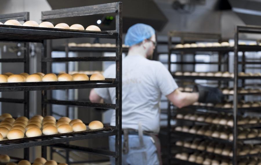 bakker aan werk in bakkerij